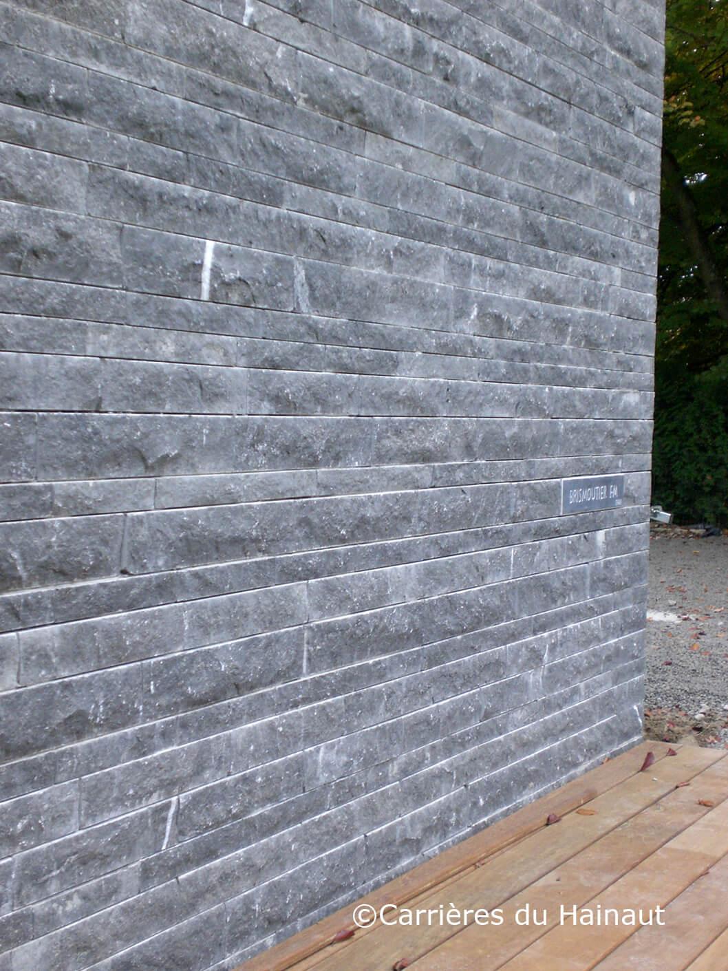Mur de plaquettes pierre bleue clivées
