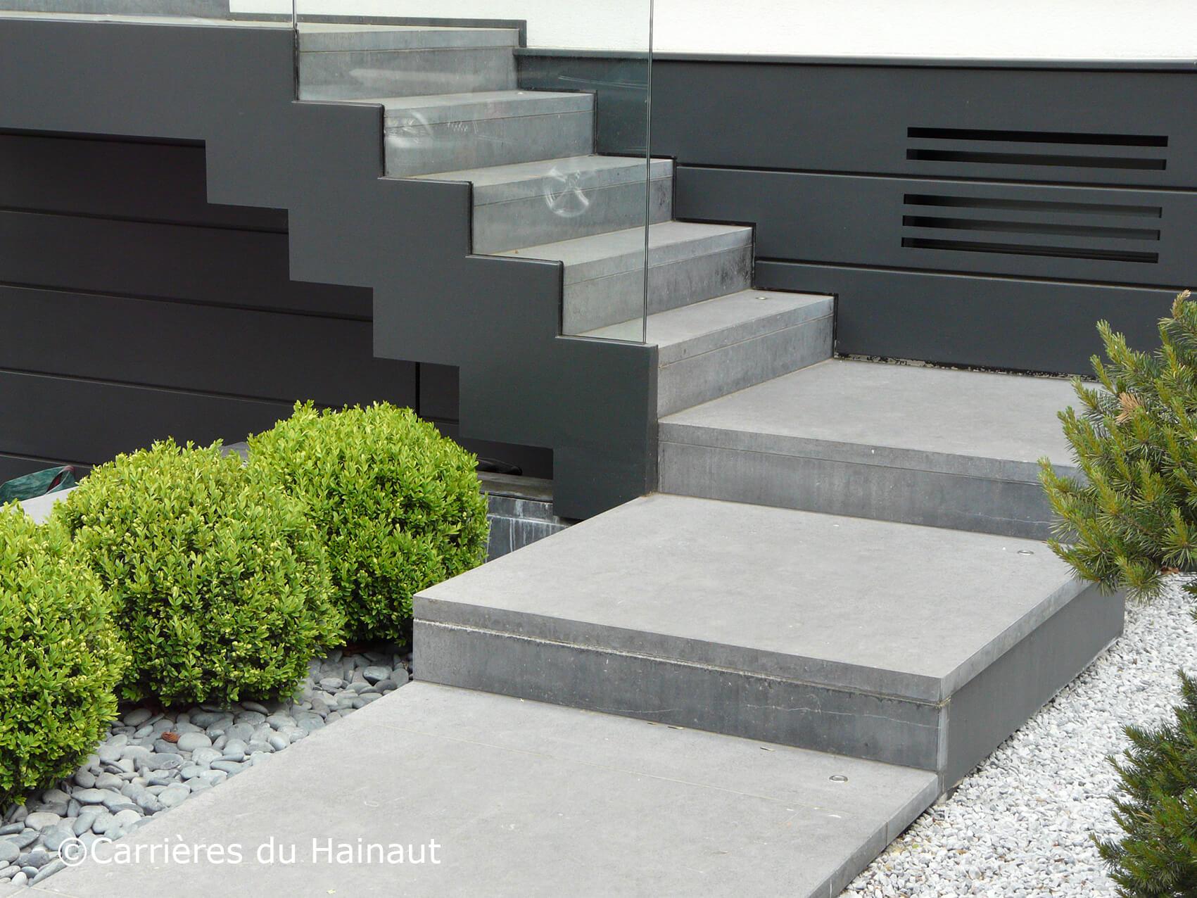 Escaliers pierre bleue écuré