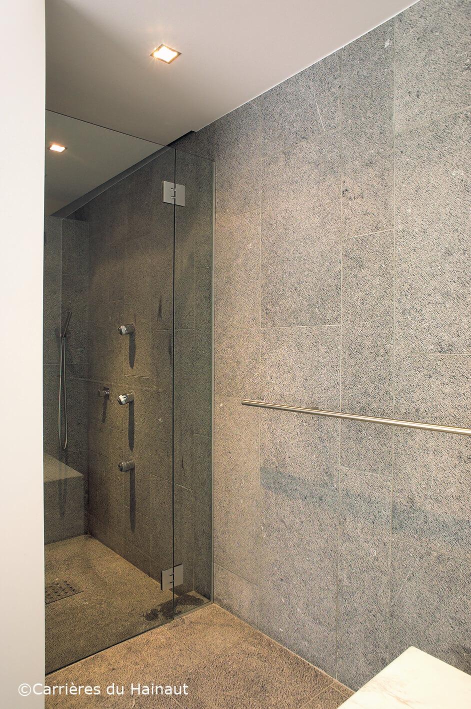 Salle de bain pierre bleue finition taille ancienne
