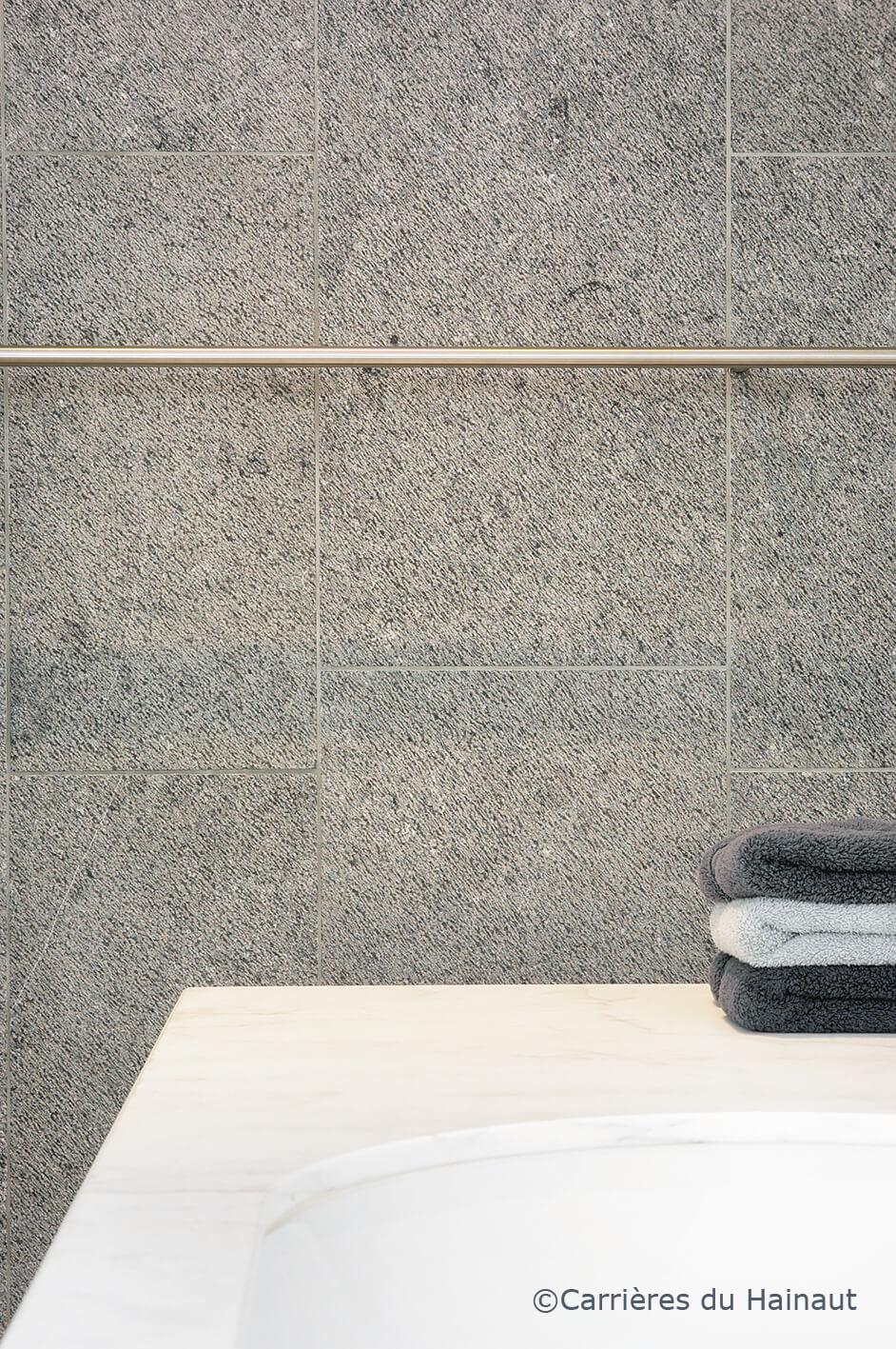 Mur dalles pierre bleue finition taille ancienne