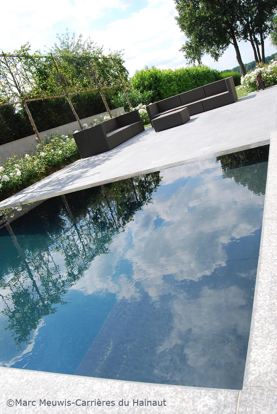 Terrasse et margelles de piscine en pierre bleue flammée