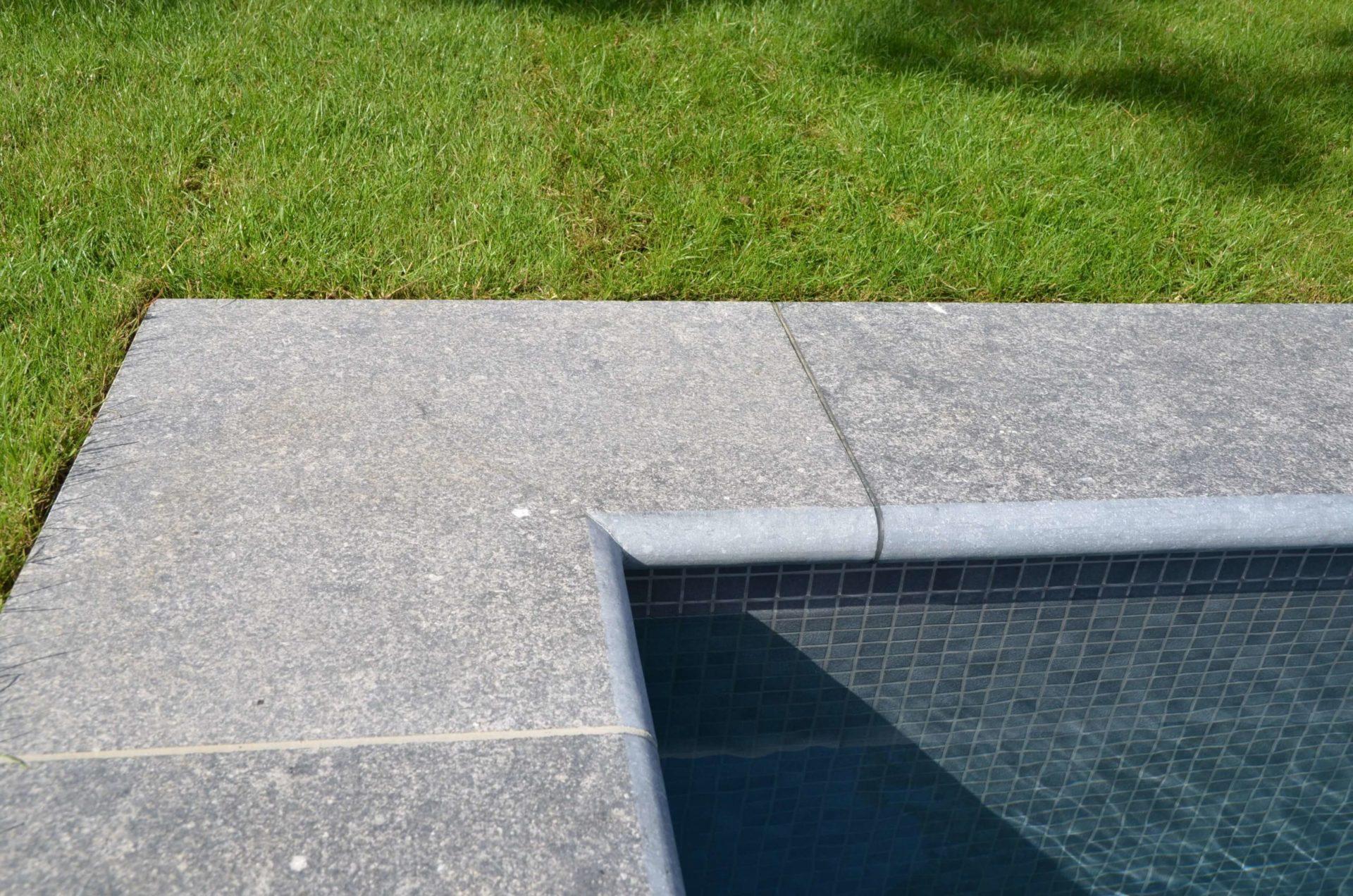 Margelles de piscine pierre bleue flammée